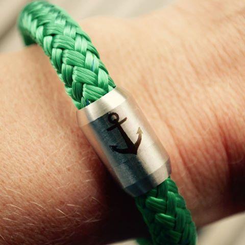 [Rüm Hart - Klaar Kiming] Wir sind so verliebt in unsere #Anker-Armbänder!! Quasi ein Stück #Nordsee am Handgelenk – genau das Richtige für Küstenkinder: http://www.nordsee-onlineshop.de/Anker-Armband-aus-Segeltau-verschiedene-Farben