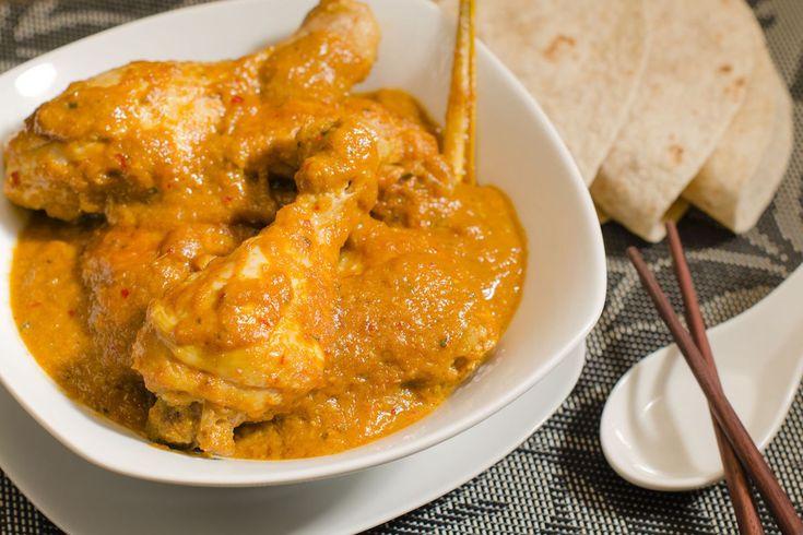 Învață de la Jamie cum să pregătești un curry autentic. Dificultate: ușor Timp de preparare: mediu Porții: 4 Ingrediente: 2 cepe 4 căței de usturoi 1 bucată ghimbir 2 ardei grași galbeni 1 cub concetrat supă de pui 1-2 ardei iuți roșii 1/2 legătură coriandru 1 linguriță miere 1 linguriță curcuma 2 linguriță pudră curry …