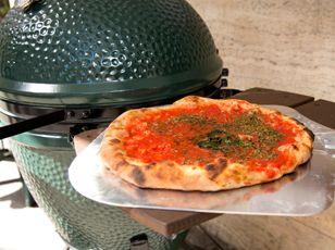 Pizza vom Grill: Im Original-Keramikgrill Big Green Egg aus Hightech-Keramik bleibt das Gargut zart und saftig. Ob Braten, Brot, Pizza, Apfelstrudel oder ein Schoggikuchen. So macht grillen und backen Freude – und das Big Green Egg reinigt sich sogar selbst.  #keramikgrill#holzkohlengrill#gartengrill#barbeque  www.wohn-punkt.ch