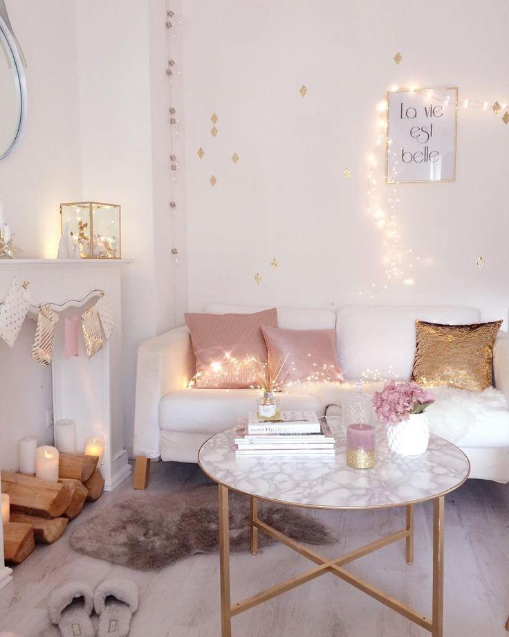 Stimmungsvolle Lichterketten, Accessoires in Gold und Rosa und das kuschelige Schaffell Carry sorgen für das perfekte Wohlfühlambiente in diesem stylischen Wohnzimmer. So entspannen wir an den kalten Tagen am liebsten! // Wohnzimmer Sofa Couchtisch Lichterketten Teppich Fell Kerzen Ideen Deko Dekorieren #Wohnzimmer #WohnzimmerIdeen #Wohnideen @villa.snowwhite