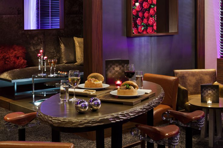 Le Jane's Bar vous accueille à sa table dans une ambiance tamisée et chaleureuse