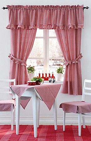 Cortinas y mantel de cuadritos tojos. Kitchen curtains