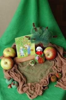 """Poppenatelier Severine: Een """"appelig"""" tafeltje/ A """"apple-y"""" table"""