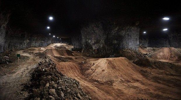 Voici un incroyable endroit pour tous les fans de vélos. Près de 27 km de couloirs dans des cavernes sous la surface de la Terre ! C'est à Louisville que vous pouvez découvrir ce lieu unique, le Mega Underground Bike Park.  Tyroliennes, parcours de cordes et surtout, le plus grand «parc d'attraction» pour vélo avec 45 sentiers, parcours de slalom, pistes de saut… s'étendant sur 30 000 m2 ! Le plus fou, c'est que ce parc a été construit dans une mine de calcaire abandonnée 30m sous la surface…