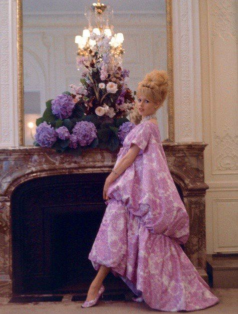 """BB / Брижит позирует в доме моды Christian Dior в Париже, в платье под названием """"Nuit de Venise"""", (Ночь Венеции) разработанное Yves Saint Laurent для коллекция Весна / Лето 1960 года ."""
