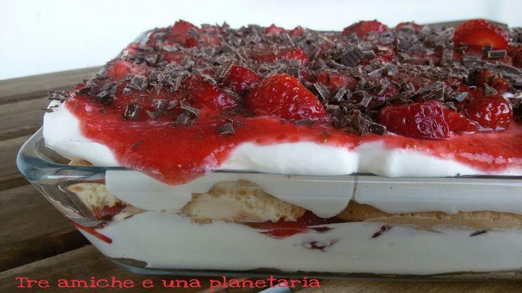 Tiramisù bianco con fragole e cioccolato