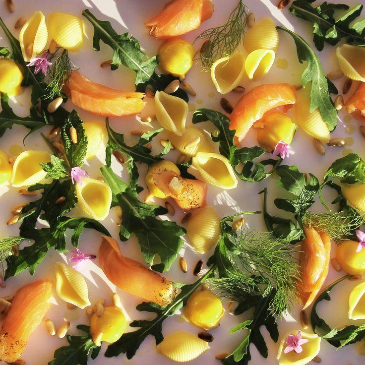O chefe Tiger traz-lhe uma sugestão de salada de salmão com sorvete de manga. Sabores frescos para dias quentes. http://expresso.sapo.pt/multimedia/infografia/infografia_chef_tiger/salada-de-salmao-com-sorvete-de-manga=f881541
