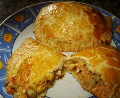 PASTEL DE FORNO COM RECHEIO DE FRANGO.  Massa:  - 2 xícaras (chá) de farinha de trigo  - 1 colher (chá) de fermento em pó  - 6 colheres (sopa) de margarina  - 2 ovos  - 1 colher (chá) de sal  - 1 gema para pincelar  - Recheio:  - 150g de frango cozido e desfiado  - 1/2 cebola picada  - 1/2 colheres (sopa) de molho de tomate  - 1/2 lata de ervilha  - 1 ovo cozido e picado  - 1 pitada de sal  - 1 pitada de pimenta do reino