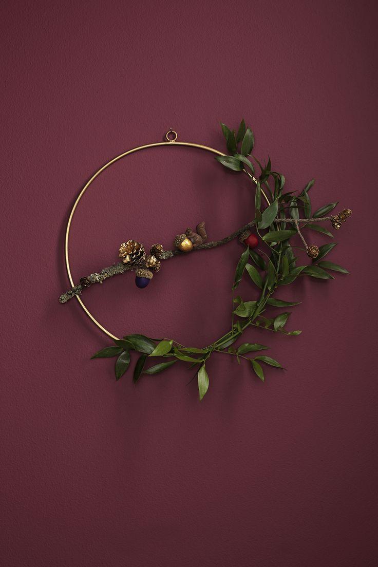 Wreath in gold with nature elements www.panduro.com Christmas Wreaths by Panduro  #christmas #dekoration #DIY #wreath  #julkrans #krans #dörrkrans