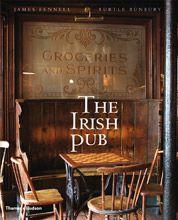 The Irish Pub Book las sillas clásicas de madera y sus bases de metal, en color verde oscuro
