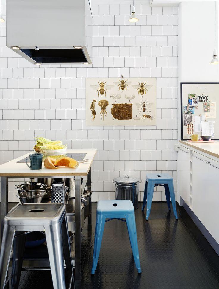 Köksö tillverkad av underdel från Ikea och med skiva av värmetåligt laminat, Produktma. I skivan är en induktionshäll från Husqvarna monterad. Tolixpallar, Posh living. Gummmatta Checked stud från Trelleborg rubber flooring.