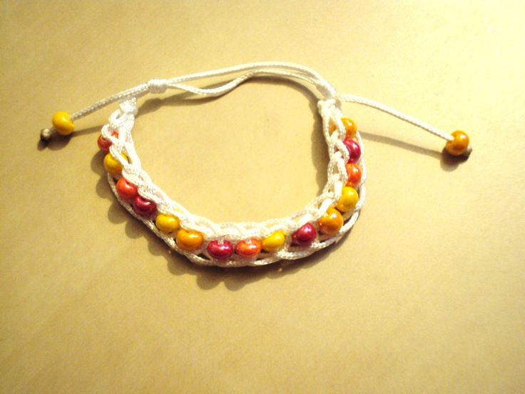 Bracelet au tricotin, fil blanc et perles oranges
