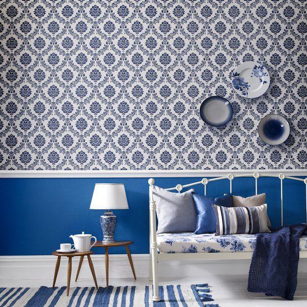Dit opvallende blauw/witte patroon van het damask behang van Graham & Brown zorgt voor een unieke sfeer in de woonkamer, hal en slaapkamer.   Het neemt je mee van St. Peterburg tot aan Parijs, maar geeft ook een oerhollands gevoel met een knipoog naar 't delfts blauw.