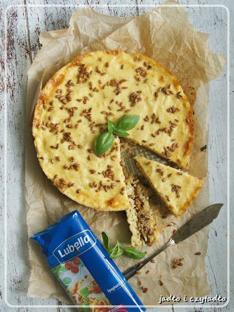 Jadło i czytadło: Wytrawna tarta makaronowa ze słonecznikową posypką...