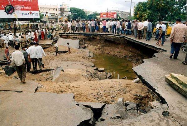 n sumidero aparece en una carretera después de las inundaciones en la ciudad de Hyderabad, capital del estado del sur de la India, Andhra Pradesh, el 25 de agosto de 2000.