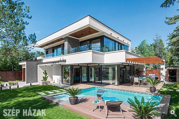 A családi ház belsőépítészeti megoldásai az épület stílusához kellően igazodnak, így a külső letisztult formavilág eleganciája következetesen folytatódik a belső terekben is.