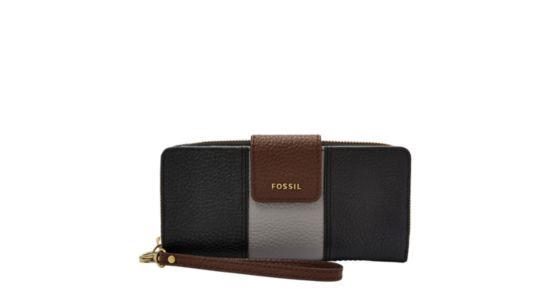 Meet the new style on the (color)block—the Madison leather clutch features a spacious interior with extra functionality to store your curious odds and ends.Designed exclusively for Fossil Outlet.