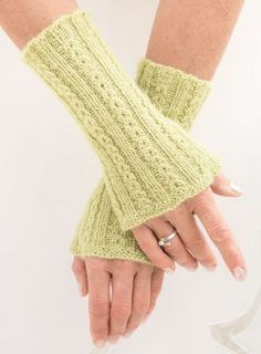 Wrist warmers, knitted in »coffee bean pattern« with instructions