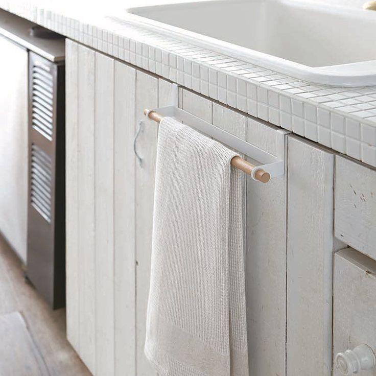 It goes over the door!  Tosca Over-The-Door Towel Hanger  #yamazakihome #yamazakitosca #yamazaki #homewares #housewares #japanesedesign #modernkitchen #scandinavian #towelhanger #overthedoorhanger #overthedoorhook #kitchen #kitchenorganization