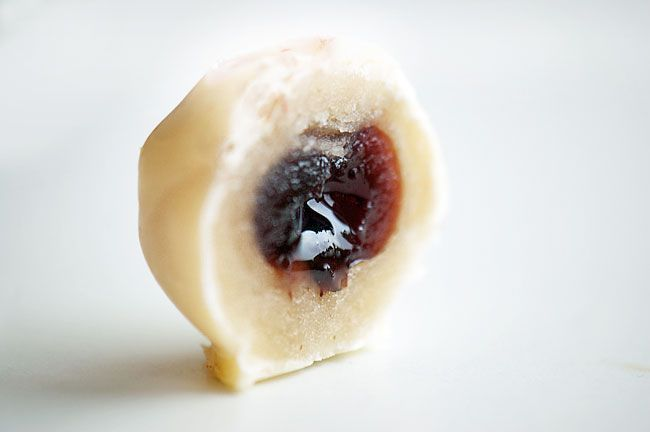 Mere konfekt – Amarena kirsebær i marcipan og hvid chokolade