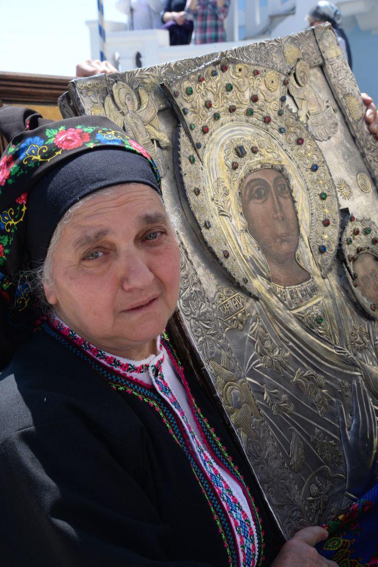 """OLYMPOS-KARPATOSRetour des icônes dansl'église.Le """"Mardi brillant"""" ou""""Lambri Tritti"""", dernier jour des festivités de Pâques à Olympos, les quatre icônes de l'église sont mises aux enchères sur la place devant le bâtiment ecclésiastique. En fait, il s'agit pour ceux qui ont misé les plus fortes sommes, d'obtenir le droit de rentrer les icônes à l'église. Cette année, l'enchère la plus haute est montée à 1000 euros ! Historiquement,c'était une façon pour les familles de se distinguer…"""