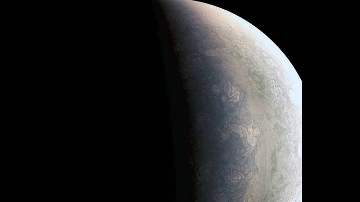 Na een reis van vijf jaar is het ruimtevaartuig Juno aangekomen bij Jupiter en maakt unieke beelden van de planeet.