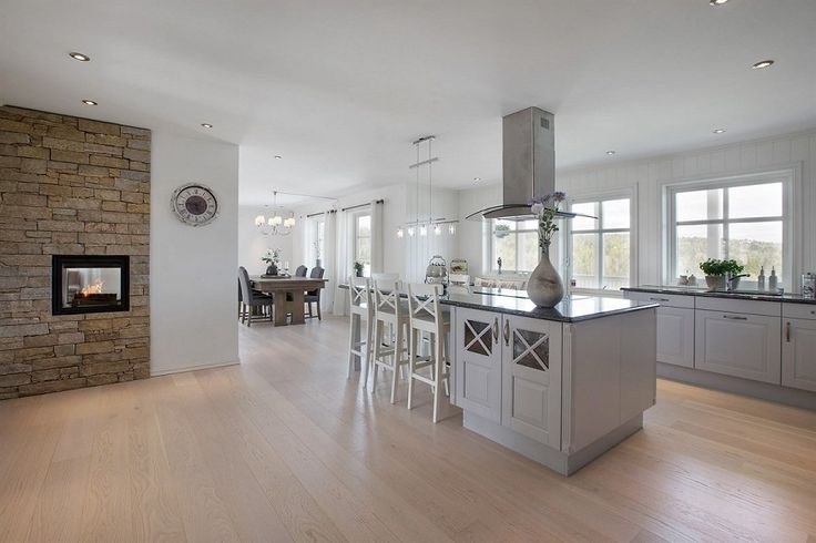 Åpen og koselig stue- og kjøkkenløsning med ildsted