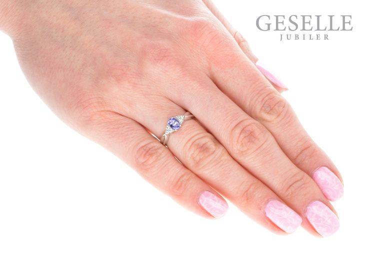 Elegancki, złoty pierścionek zaręczynowy z unikatowym tanzanitem i sześcioma brylantami o łącznej masie 0,09 ct - GRAWER W PREZENCIE
