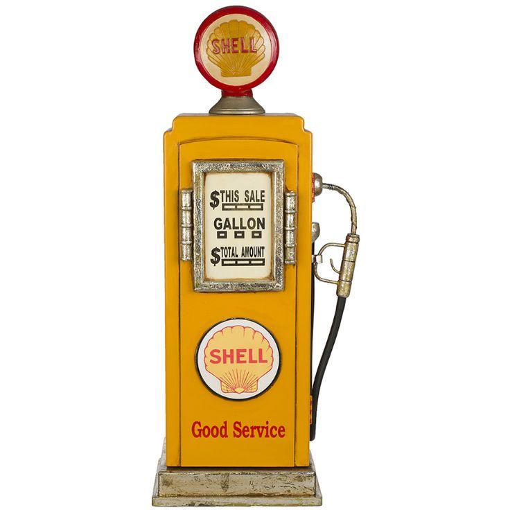 En gul bensinpump i retrodesign med texten Shell och God Service. En tankstation är ett roligt tillbehör till våra sparkbilar och trampbilar! Bensinpumpen kan användas som en CD-hylla eller förvaringsskåp i barnrummet. Fakta Storlek: höjd 72 cm, bredd 24 cm. Gul, retrodesign. Tre hyllor för förvaring. Tillverkad i trä.