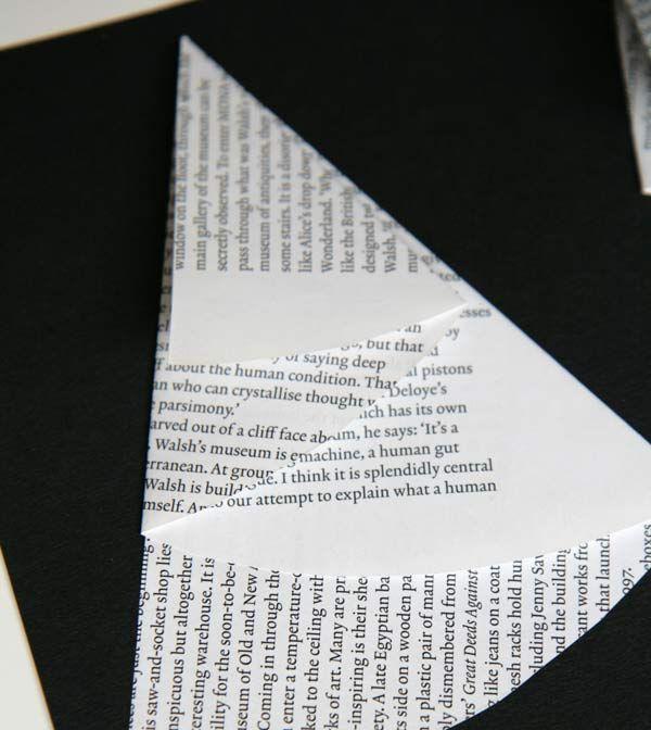 Du découpage, du pliage, du collage, et le tout en recyclant des magazines.... Voici ce que comporte cette activité spéciale hiver ! Ces sapins résultent d'un savant pliage (ne vous inquiétez pas, c'est tout simple!) et ils pourront orner un joli tableau, comme chez nous, ou bien des cartes de voeux de Noël ou accompagner un dessin de bonhomme de neige. Matériel nécessaire pour faire des sapins de papier plié Pour fabriquer ces sapins, vous aurez seulement besoin :  de vieux magazines, mais…