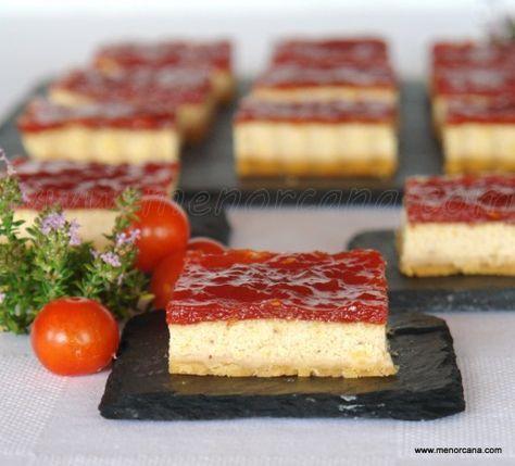 Aperitivo con base de galletas saladas, relleno de foie y queso y mermelada de tomate.