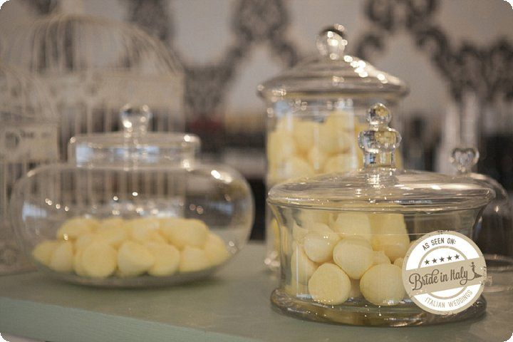 You definitely do not love sugared almonds? Then you can have an alternative candy bar with jellies! White + Yellow, cute. Ph EnneFoto http://www.brideinitaly.com/2013/12/ennefoto-bianco-giallo.html #italianstyle #rustic #wedding