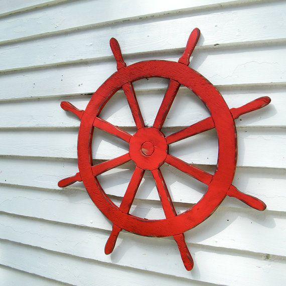 C'est un navire classique roue ou barre qui irait très bien avec beaucoup de mes autres Articles de décoration de plage côtière. Montré ici en bois de grange rouge, vous pouvez le commander dans n'importe quelle de mes 27 couleurs. Voir la dernière photo pour une palette de couleurs complète. Dimensions: H 30 x 30 W x. 5» D A un trou de serrure à l'arrière pour accrochage rapide et facile. Fait à la main de contreplaqué de pin du Sud, avec des détails gravés sur le devant de la tête. 3è...