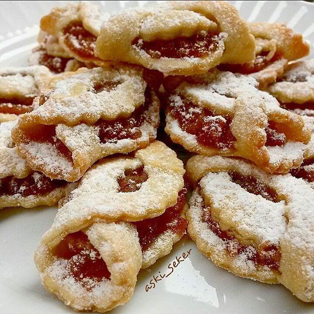 Merhabaa elmalı kurabiyeyi bir de böyle deneyin görüntü çok hoş oluyor 125 gr margarin veya tereyağı 1 türk kahvesi fincanı sıvı yağı 2 yemek kaşığı yoğurt Bir kaç damla limon suyu 1 silme tatlı kaşığı kabartma tozu Aldığı kadar un İçi için 4 elma rendesi 4 y.k şeker Fındık Tarçın Rendelenmiş elmalar üzerlerine şeker dökülerek pişirilir, tarçın ve fındık ilave edilir karıştırılır,soğumaya bırakılır, yağ eritilir, un hariç malzemeler eklenir karıştırılır, unu azar azar eklenir,...