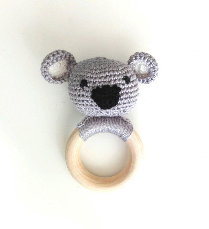 Rammelaar gehaakte Kaola Deze prachtige koala bijtrammelaar is het ideale kraamcadeautje. Elke baby komt op een moment dat er gesabbeld, geproefd en 'gebeten' moet worden. Hiervoor geef je je kind natuurlijk het liefst een speeltje van natuurlijke onbewerkte materialen... Deze bijtring voldoet aan de bijt- en voelbehoeften van de allerkleinsten. Het geeft ook nog een vrolijk geluid door het balletje wat verstopt zit in het koppie van het beestje zo is het meteen een rammelaar