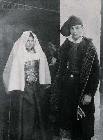 Coppia di sposi in abiti preziosi- 1920 Sardegna