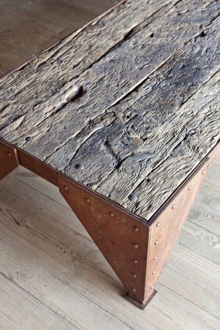 Mesa de centro feita com ferro e madeira de piso de demolição Fabricado no…