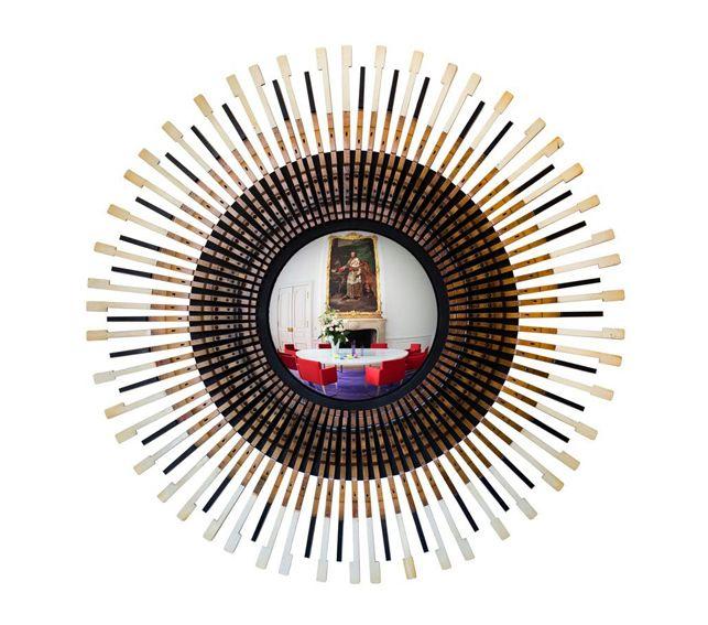 #Espejo #convexo de #AlejandrodelaTorre  de 40 cm. Ø, enmarcado en un teclado de piano. 132x132x12 cm. #convex #mirror #mirall #diseño #design #disseny #barcelona