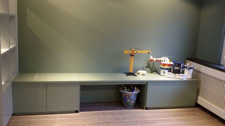 Een heerlijke speelhoek voor kinderen | lange kindertafel / wandmeubel met lades | kast in zelfde kleur als muur | VanStoerHout met AnyStyling