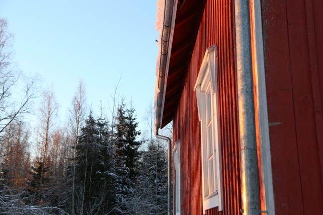 Vanha punainen puutalo // Old red wooden house.