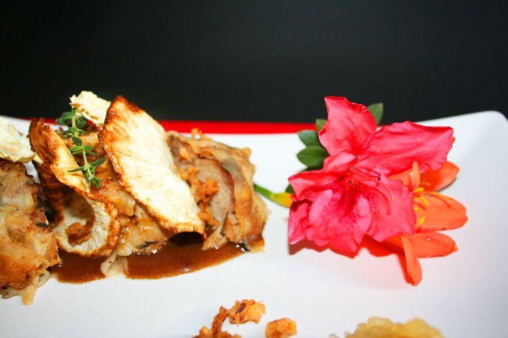 Arista(suina) con chips di rapa di sedano, gelatina di prugne al vino rosso e porto, salsa di bacche di goji e cipolle fritte croccante al olio di palma... my blog: http://labirosca.blogspot.it
