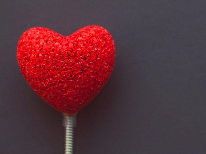 Los cardiólogos creen que deberíamos ponerle atención a estos síntomas para prevenir un problema de corazón, ¿tienes alguno de ellos?Problemas de la vistaSi de la nada empiezas a ver doble, tienes visión borrosa o la pierdes en un ojo, es necesario que vayas a la sala de urgencias. Todos estos signos pueden ser señales de un ataque al corazón.Dedos azules