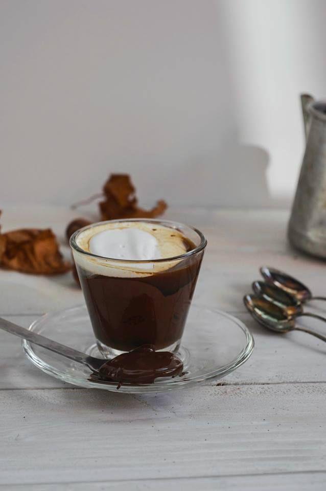 Caffè alla nocciola con cioccolato fondente.  Buongiorno, come vedete il pericolo è il mio mestiere e questa volta al posto dell'acqua e del latte di mandorla nella caffettiera ho messo una bevanda alla nocciola :) tutto bene, la caffettiera non è esplosa ;)  Il trucco sta nel far andare l
