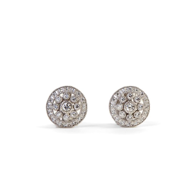 These pretty circle flower silver #earrings are a delicate way to bring a touch of sparkle to your #look. Handmade in Italy, features a twinkling pave' of white cubic zirconia.  #jewel #madeinitaly #chic #fashion #ultimaedizione