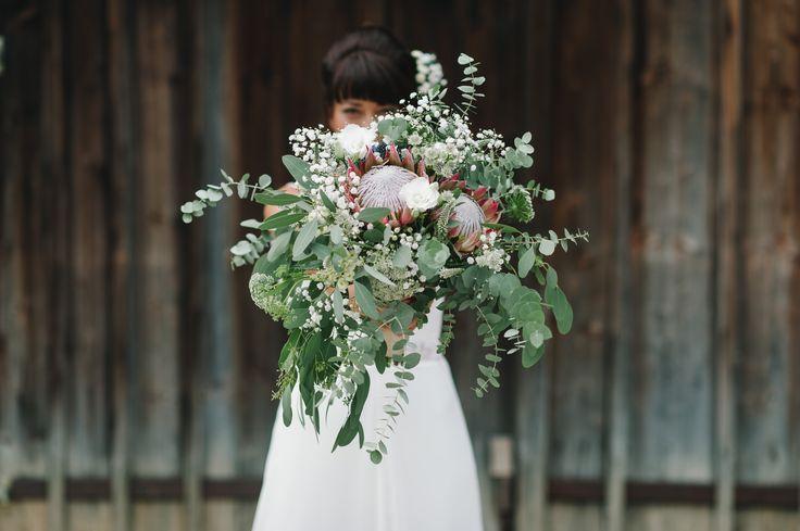Boho Bride: Das Highlight dieses wilden, natürlichen Brautstrauß ist eine Königs-Protea in einem zarten altrosa Ton. Unterstrichen wird sie durch Eucalyptus, Lysianthus und Schleierkraut (Blumen: @wildflowerstgt / Foto: http://blog.melanie-metz.de)