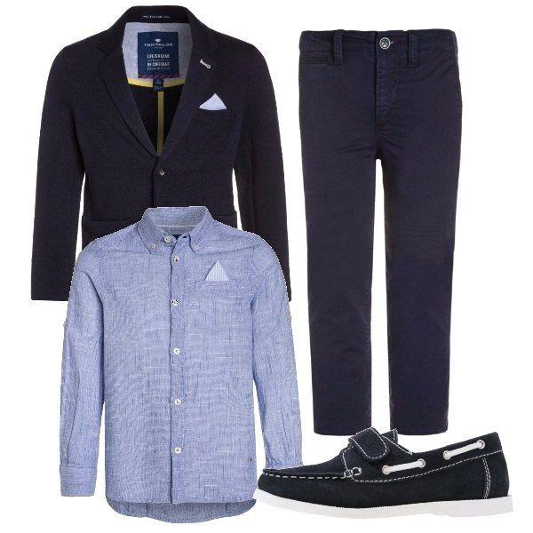 Camicia manica lunga azzurra Tom Tailor, blazer blu scuro, collo con bavero e fazzoletto nel taschino, pantaloni chino blu scuro e mocassini blu scuro.