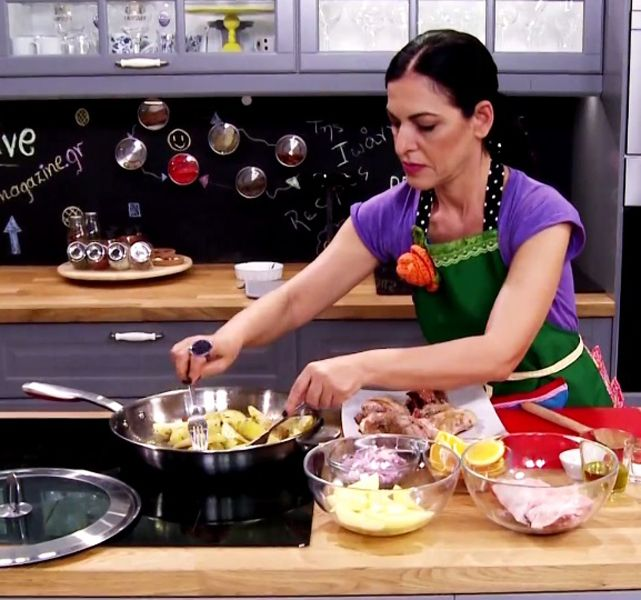 Το κατσικάκι κατσαρόλας είναι ένα φαγητό που θα ενθουσιάσει όλη την οικογένεια στο κυριακάτικο τραπέζι. Το μαγειρεύετε σε μπίρα, μαζί με πορτοκάλι που του χαρίζουν έξτρα γεύση.