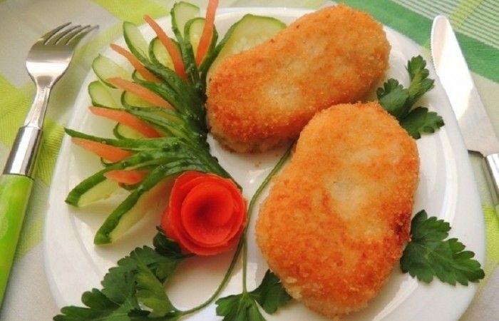 Картофельные котлеты с рисом и шампиньонами http://mirpovara.ru/recept/2636-kartofelnye-kotlety-s-risom-i-shampinonami.html  Картофельные котлеты с рисом и шампиньонами - довольно интересное блюдо, которое идеально подойдет д...  Ингредиенты:  • Картофель - 300г. • Рис - 1ст. • Шампиньоны - 100г. • Лук репчатый - 2шт. • Паприка - 2ч. л. • Сухари панировочные  - 100г. • Соль - по вкусу • Перец черный молотый - по вкусу • Масло растительное - для жарки  Смотреть пошаговый рецепт с фото, на…