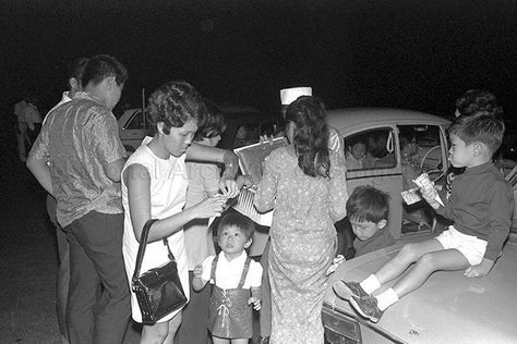 Ice cream vendor at Jurong Drive-in Cinema, which opened on July 14, 1971. Source: NAS