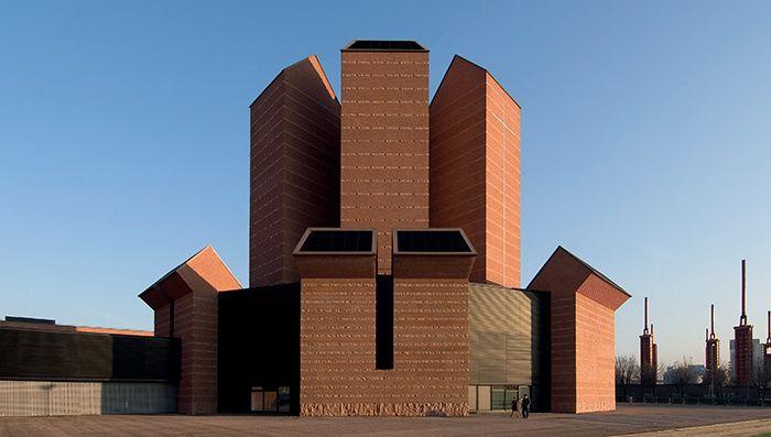 Des premières structures primitives aux œuvres de Mies van der Rohe, Alvar Aalto, Frank Lloyd Wright… voici les plus belles prouesses architecturales composées de brique. Santo Volto, Turin, Italy, 2006, Mario Botta.